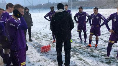 Trainer Micheu bei der Teambesprechung.