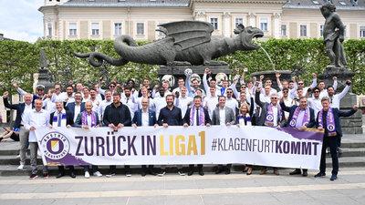 Die Austria-Familie feiert vor dem Lindwurm
